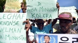 Wanaharakati wa haki za binadamu na waathirika wa kipindupindu wakiandamana nje ya makao makuu ya tume ya Umoja wa Mataifa nchini Haiti (MINUSTAH), Oktoba 15, 2015, katika mji wa Port-au-Prince.