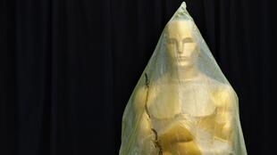 """Статуэтка """"Оскар"""", накрытая пластиковой пленкой, перед 87-й церемонией вручения кинопремии, 22 февраля 2015 г."""