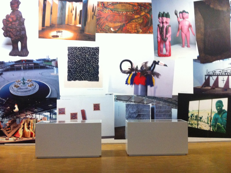 Vue de l'exposition « Magiciens de la Terre, retour sur une exposition légendaire ». L'artiste Sarkis a conçu une frise d'images qui réinscrit et rapproche les oeuvres des 111 artistes de cette exposition mythique dans leur communauté éphémère de 1989.