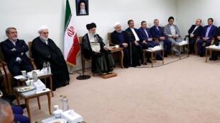 """روز چهارشنبه ٣٠ مرداد/٢١ اوت، طی دیدار اعضای هیات دولت با آیتالله خامنهای، حسن روحانی با اشاره به برجام گفت: """"ما مسیر درستی را در کاهش تعهدات انتخاب کردهایم""""."""