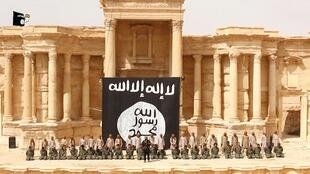 Vidéo de propagande tournée à Palmyre, où 25 soldats syriens détenus par le groupe EI, sont à genoux devant ce qui paraît être des enfants ou des adolescents en tenues de camouflage. (capture d'écran)