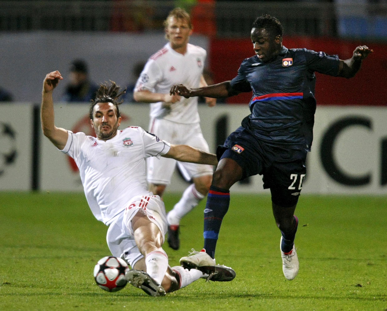 Le Lyonnais Aly Cissokho (d.) face à Liverpool.