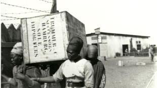 Des femmes herero au travail forcé transportant des marchandises dans le camp de concentration de Swakopmund.  Ca.1905-1907.