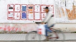 Affiches de la campagne des élections municipales, à Tunis le 17 avril 2018.