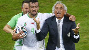 L'émotion d'Essaïd Belkalem (g) et de Vahid Halilhodzic après la qualification aux dépens de la Russie.