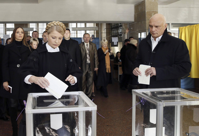 Đảng Batkivchitchina của cựu Thủ tướng Ioulia Timochenko (trái) thất bại nặng nề. Ảnh: Hai vợ chồng bà Timochenko đi bỏ phiếu tại Dnipropetrovsk ngày 26/10/2014.