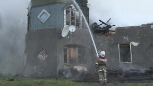 Bombeiro combate o fogo no hospital psiquiátrico do vilarejo de Luka, na região de Novgorod, nesta sexta-feira, 13 de setembro de 2013.