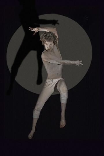 No papel de Nijinsky, João Paulo Lorenzon pula em cima de uma cama elástica para ilustrar os saltos majestosos do bailarino russo.