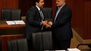 Le Premier ministre libanais Saad Hariri (g) et son ministre des Finances Ali Hassan Khalil lors des discussions au Parlement à Beyrouth, le 18 octobre 2017.