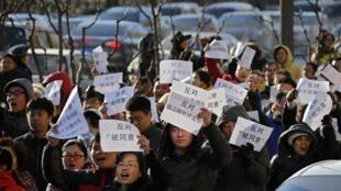 Người dân địa phương biểu tình chống dự án xây dựng một tuyến đường cao tốc mới nối Bắc Kinh đến Thẩm Dương, ngày 09/12/2012.
