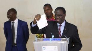 Le président de la transition vote au Burkina Faso lors de la présidentielle du 29 novembre 2015.