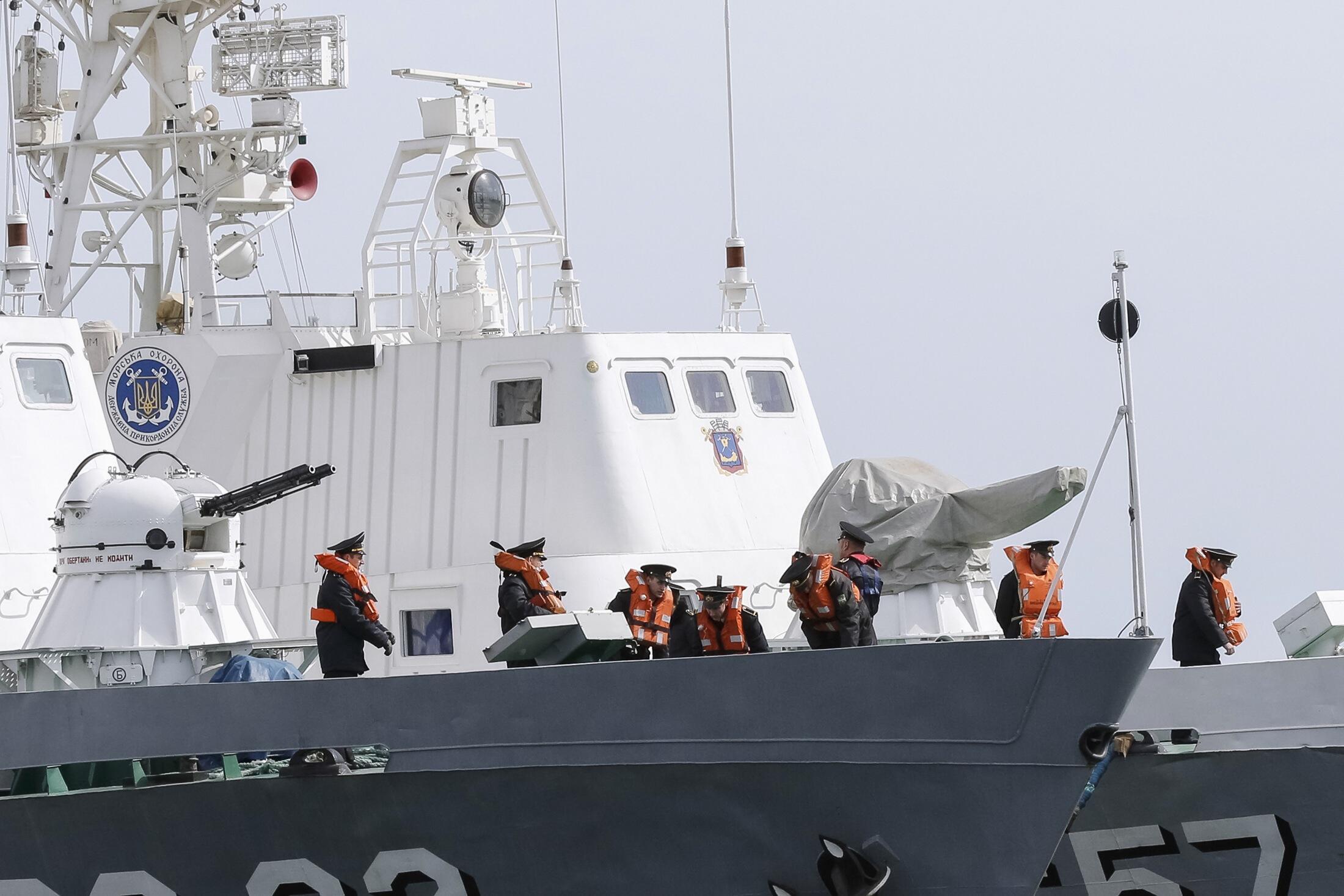 Tropas russas tomaram o controle do último navio ucraniano na Crimeia, na terça-feira (25).