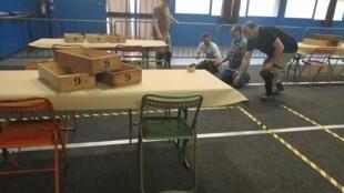 Equipes preparam zonas eleitorais com marcas no solo para que os eleitores mantenham uma distância de segurança entre si.