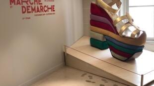 Exposição parisiense conta a evolução da história do sapato, mas também da nossa maneira de andar.