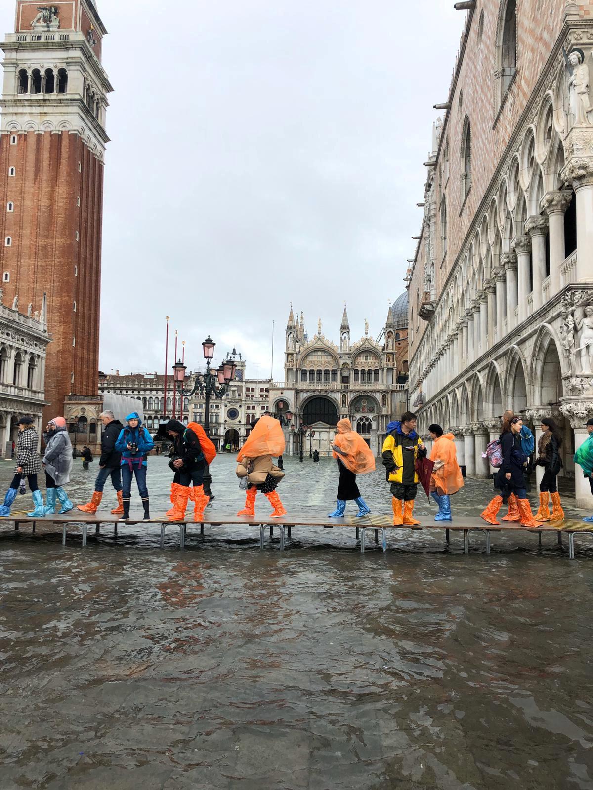 Turistas e moradores foram supreendidos pela maré alta, que bateu recordes em Veneza.