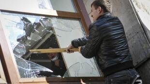 Пророссийский активист бьет стекла в здании обладминистрации в Донецке 06/04/2014