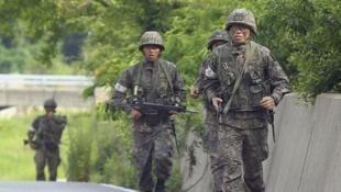 Một nhóm binh sĩ tham gia cuộc truy lùng thủ phạm vụ bắn chết 5 đồng đội - REUTERS /YONHAP