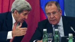 Os chefes da diplomacia americano e russo, John Kerry (esquerda) e Serguei Lavrov, negociam em Viena.