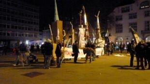 En Suisse, des manifestants érigent des minarets symboliques, place Helvetiaplatz à Zurich, pour protester contre les résultats du référendum du 29 novembre 2009.