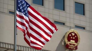 中国国徽和美国国旗