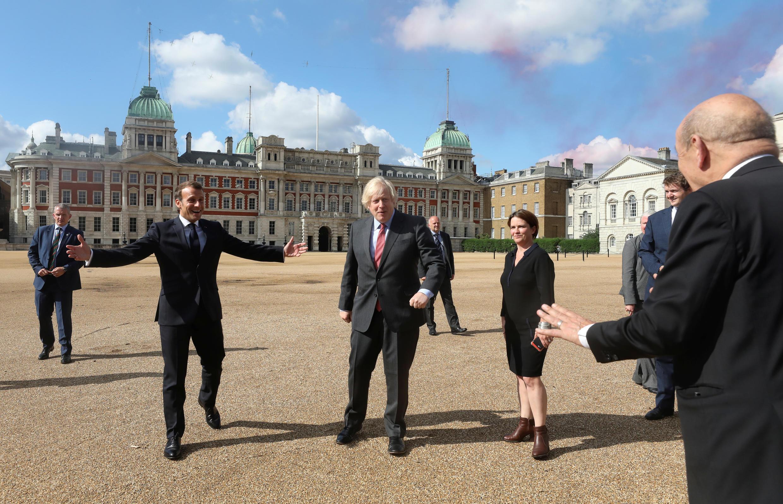 Эмманюэль Макрон и Борис Джонсон на Horse Guards Parade в Лондоне. Торжества по случаю 80-летия призыва Шарля де Голля к Сопротивлению. 18 июня 2020.