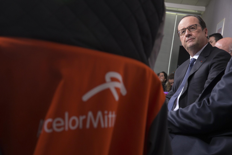 O Presidente François Hollande com  os  assalariados de Arcelor-Mittal em Florange.24 de Novembro  de  2014