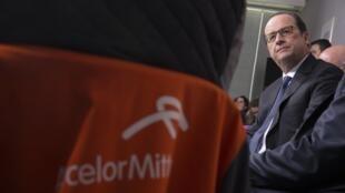 Le président François Hollande s'adresse aux employés d'ArcelorMittal, à Florange le 24 novembre 2014.
