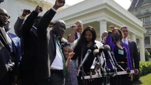 喬治弗洛伊德遺屬以及家庭律師2021年5月25日在美國白宮台階前