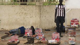 Ndjamena, petit vendeur des rues (photo d'illustration). La crise économique frappe durement les familles tchadiennes.