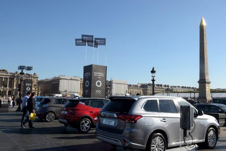 Des voitures électriques et diverses voitures à énergies alternatives sont présentées à proximité d'un essai routier sur la place de la Concorde, dans le centre de Paris, en marge du Salon de l'automobile de Paris, le 4 octobre 2018.