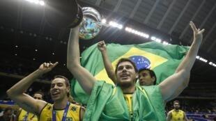 Bruno Mossa Rezende (direita) e Mário Júnior (esquerda) comemoram a conquista do tetra na Copa dos Campeões, em Tóquio.