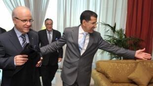 Le ministre marcocain des Affaires étrangères Saad Eddine Othmani accueille son homologue algérien Mourad Medelci, le 17 février 2012, à Rabat.