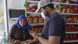 Achat dans un petit commerce de Tunis, le 8 mai 2020. (Image d'illustration)