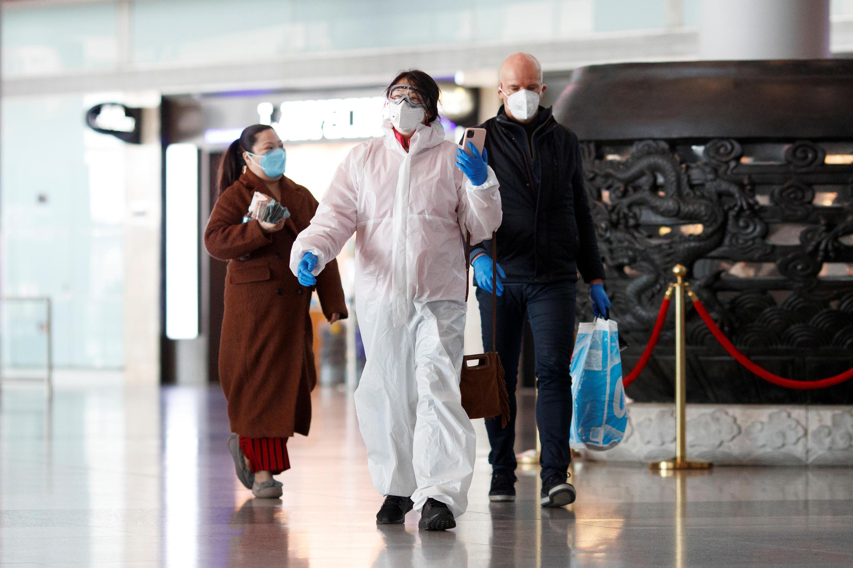 Hành khách đeo khẩu trang khi đến sân bay Bắc Kinh, Trung Quốc, ngày 04/03/2020