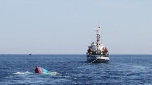 Một tàu cá Việt Nam bị tàu Trung Quốc đâm chìm được kéo về đảo Lý Sơn, Quảng Ngãi ngày 29/05/2014.