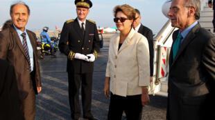 Presidenta Dilma Rousseff durante desembarque no aeroporto de Nice.