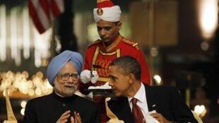 Manmohan Singh, le Premier ministre indien (G), et Barack Obama, le président des Etats-Unis, à New Delhi le 8 novembre 2010.