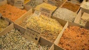 Des produits issus de l'agriculture biologique ansi que des graines vegan au salon des allergies alimentaires à Paris, en avril 2016.