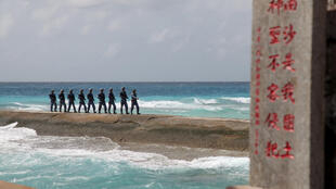 Солдаты китайской армии в районе спорных островов Спратли, Южно-Китайское море, февраль 2016 г.