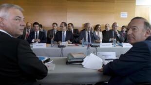 A gauche, Thierry Lepaon, secrétaire général de la CGT. A droite, Pierre Gattaz, président du Medef. Face à eux, Manuel Valls et François Hollande, lors d'une réunion d'ouverture de la conférence sociale, le 7 juillet 2014 à Paris.