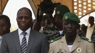 O ministro do Burkina Faso, Djibrill Bassolè, e o capitão Amadou Sanogo (aqui no dia 1/4) chegaram a um acordo para a crise.