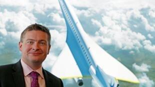 El fundador de Boom Supersonic, Blake Scholl, el 18 de julio de 2018 delante de un dibujo del avión supersónico desarrollado por su start-up