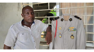 Daniel Ndo Ondo, sous sous-officier supérieur des forces armées gabonaises a vu son mariage reporté à une date ultérieure. Il souhaitait arborer cette tenue le jour de son mariage.