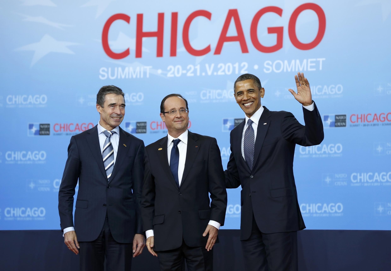 Генеральный секретарь НАТО Андерс Фог Расмуссен (слева), президент Франции Франсуа Олланд и президент США Барак Обама на саммите НАТО в Чикаго 20 мая 2012 г.