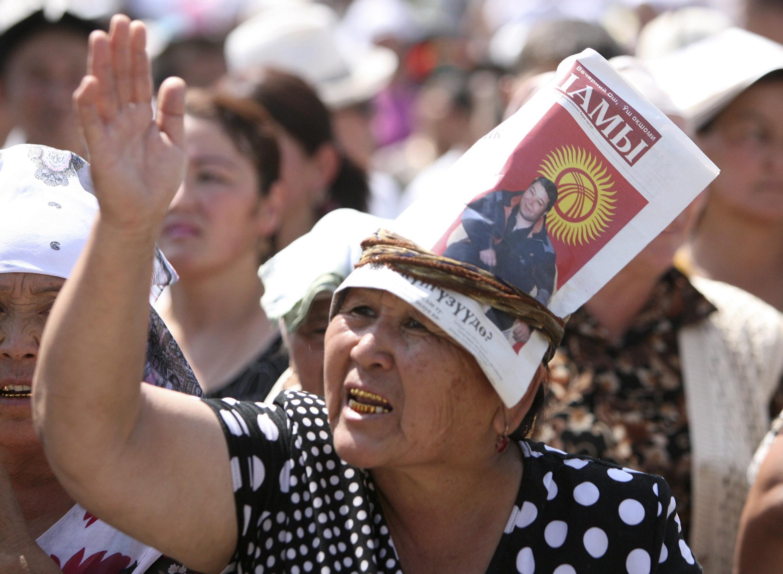 Жительница Оша с портретом мэра М.Мырзакматова на митинге 20 августа 2010 г.