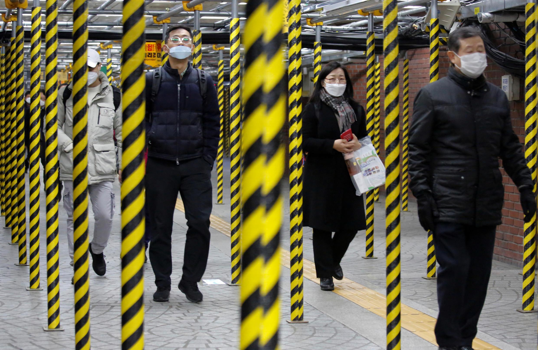 新冠病毒蔓延,韩国强化了检查。图为20日韩国首尔一处地铁。