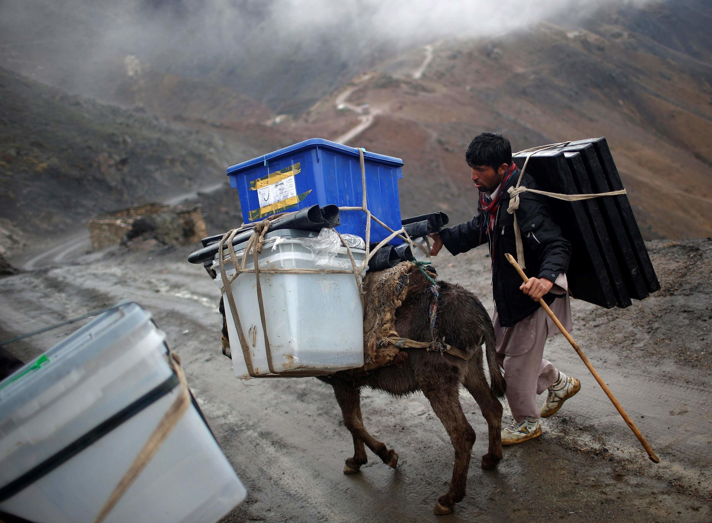 Un enjeu pour l'Otan: assurer que le scrutin donne un résultat suffisamment convaincant pour ne pas déstabiliser un peu plus l'Afghanistan. Ici, on transporte du matériel électoral dans la province du Pandjchir.