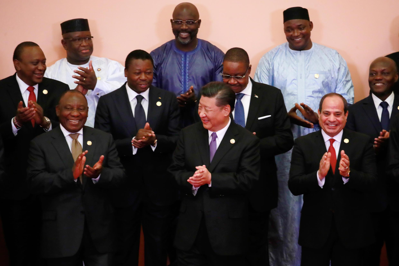 Uhuru Kenyatta (à gauche au deuxième rang) en compagnie de ses homologues africains autour du président chinois, Xi Jinping, lors du sommet Chine-Afrique, le 3 septembre 2018.