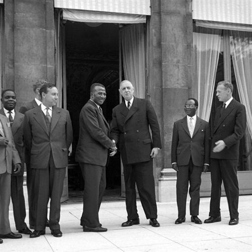 16 septembre 1960. Palais de l'Élysée, Paris.Le Premier ministre, Sylvanus Olympio, serre la main du général de Gaulle, entouré de son Premier ministre, Michel Debré (g) et le ministre des Affaires étrangères, Maurice Couve de Murville (d).