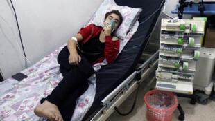 Un jeune Syrien utilise un masque à oxygène à l'hôpital Al-Quds d'Alep après une attaque supposée au chlore sur les quartiers est de la ville.